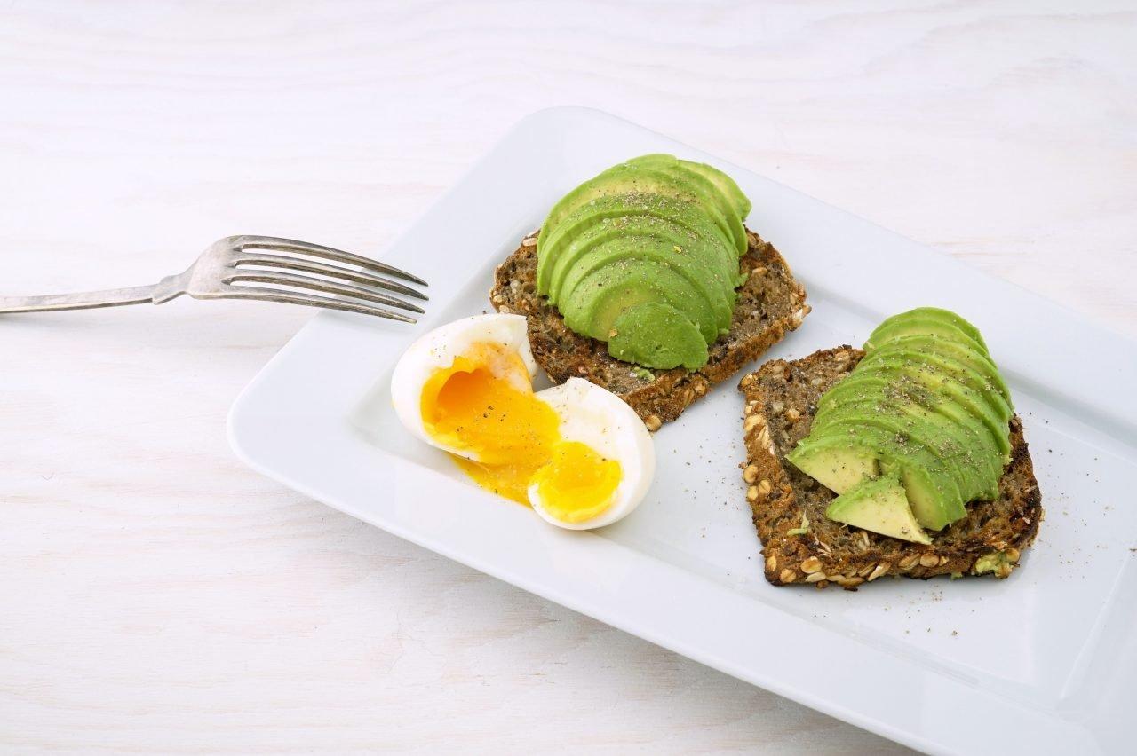 Recetas fáciles - tosta de aguacate y huevo poché