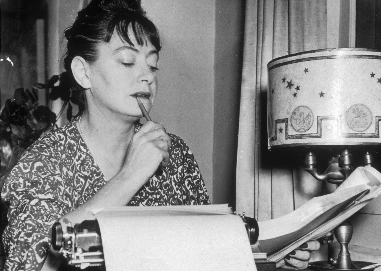 La escritora Dorothy Parker en 1948