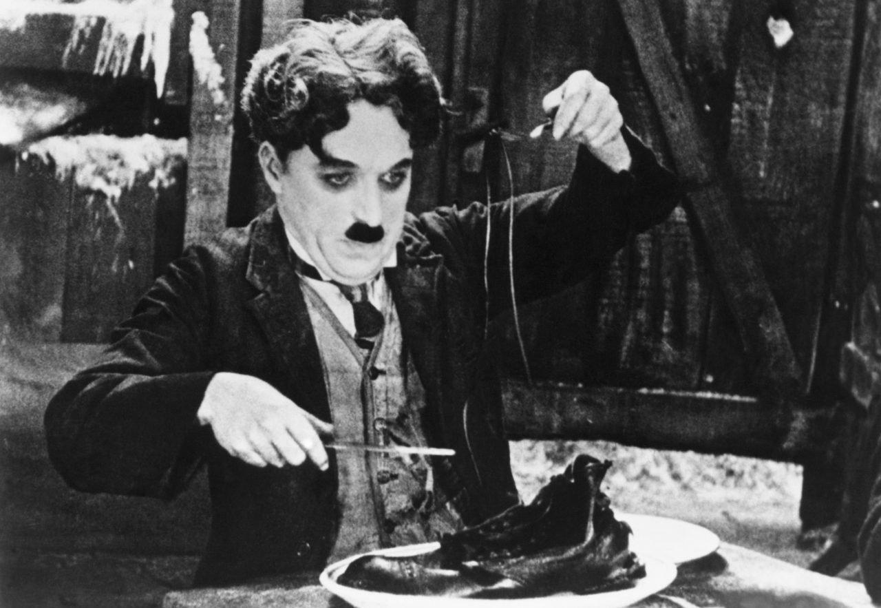 Charles Chaplin Charlot en La quimera del oro comiéndose un zapato