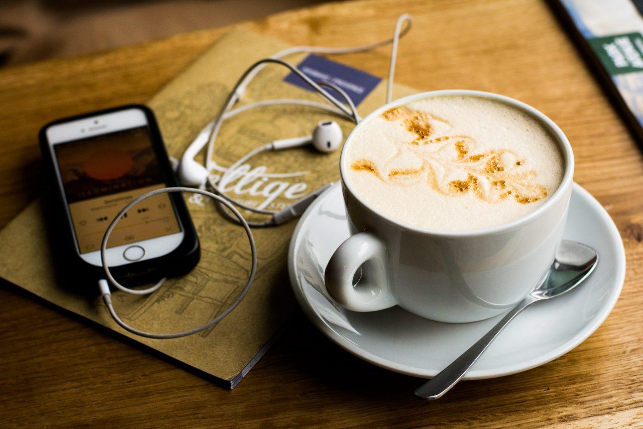 café y podcast en el teléfono