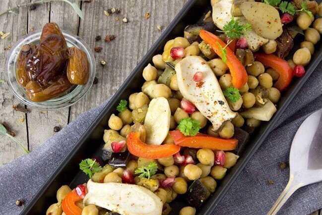 Revuelto de garbanzos con verduras, setas y dátiles