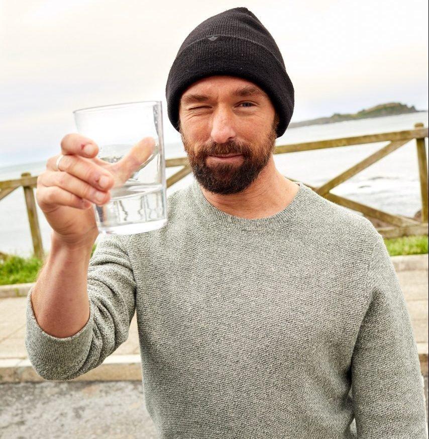 Kepa Acero con un vaso de agua