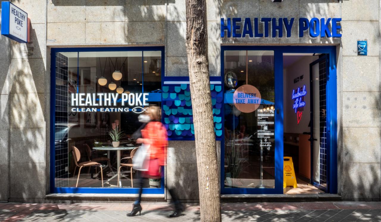 Exterior del restaurante de Healthy Poke en la calle General Pardiñas, en Madrid.